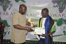 Mr Calvin Edward Gwabara (Right) Receiving OFAB 2018 Journalist of the Year from Hon. Remy Dandjinou (Left) the Burkina Faso Minister for Communication who was the guest of honor